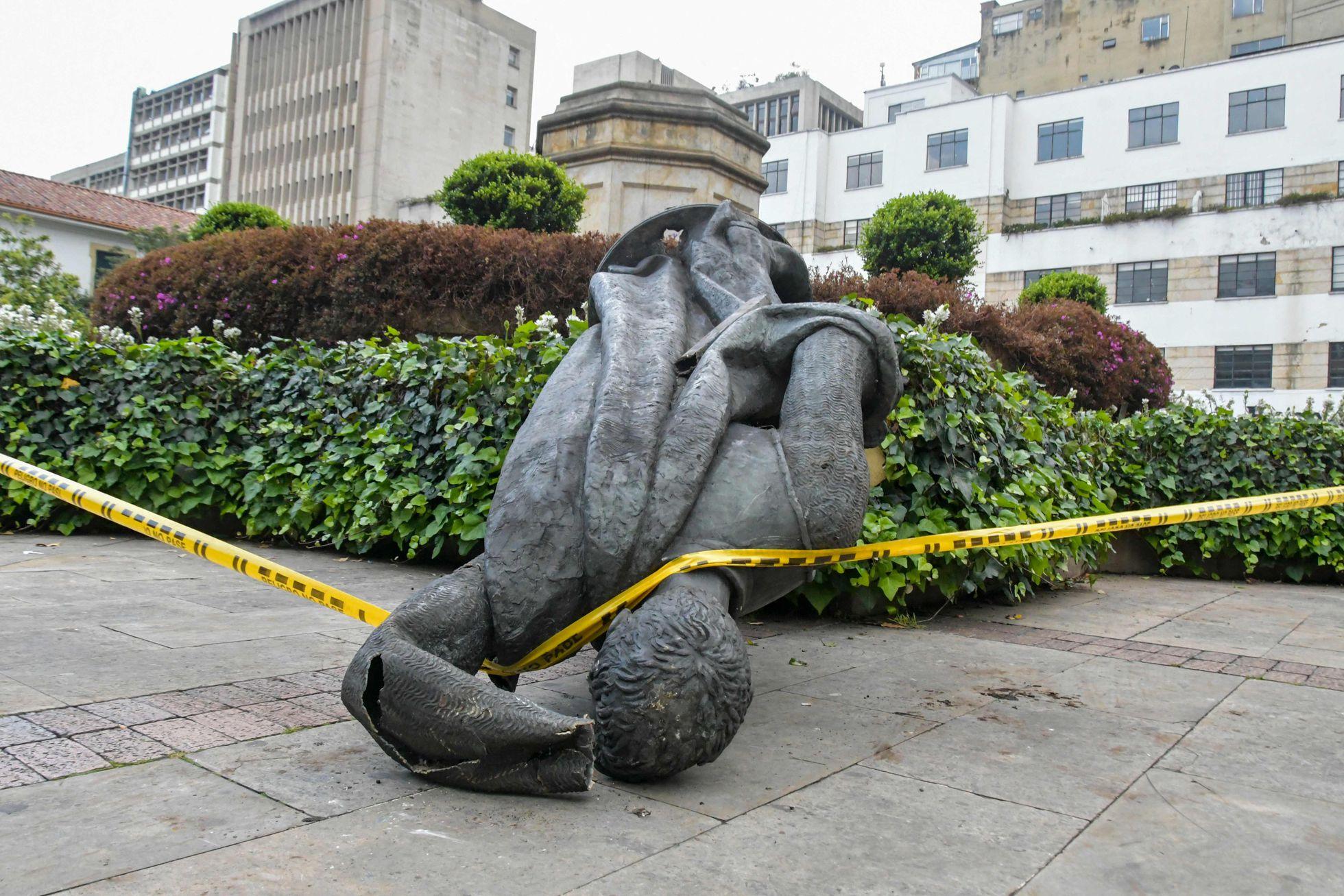 Protestas: Grupos indígenas derriban la estatua del fundador español de Bogotá   Internacional   EL PAÍS