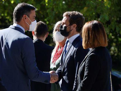 El presidente del Gobierno, Pedro Sánchez (izquierda), saluda al líder del PP, Pablo Casado, al llegar al monasterio de Yuste, donde el Rey entrega este jueves el Premio Europeo Carlos V a la canciller alemana, Angela Merkel.