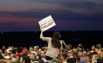 """""""La mayoría silenciosa está con Trump"""", dice este cartel en un mitin en Nueva Orleans (Luisiana)"""