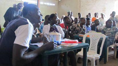 Agricultores de Jere Kaduna toman notas de la demostracion de cocina con los hermanos Roca.