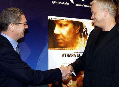 Gallardón saluda a Tim Robbins en la presentación del Festival Internacional de Cine Solidario.