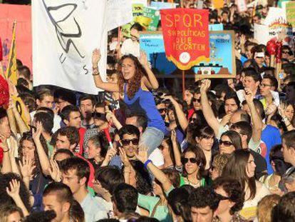 Un momento de la manifestación que reunió en Sevilla a estudiantes, trabajadores del sector educativo y ciudadanos contrarios a los recortes.
