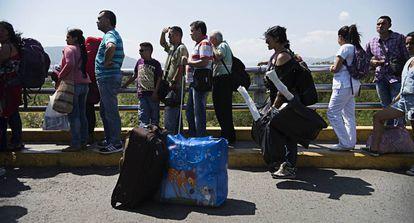 Venezolanos en el puente Simón Bolívar, el punto fronterizo más cercano a Cúcuta.
