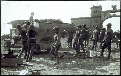 Soldados españoles trasladan los cadáveres de caídos en el desastre de Annual.