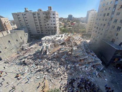 Escombros del edificio en el que estaban las sedes de Associated Press y Al Jazeera tras el ataque, este sábado en la ciudad de Gaza.