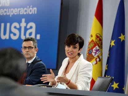 El ministro de Presidencia, Félix Bolaños, y la ministra de Política Territorial y portavoz, Isabel Rodríguez, este martes, en la rueda de prensa posterior al Consejo de Ministros.