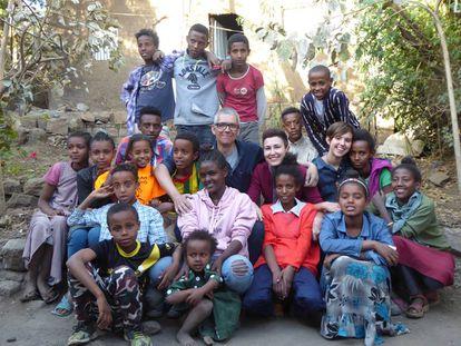 Los niños de Lalibela Food Company, junto con Mercedes Valle, Rafa Valls (en el centro) y sus hijos, Luna y Matu.