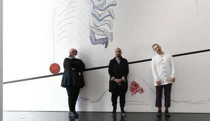 Los tres artistas ganadores del premio Han Nefkens de este año, ante una de las piezas que exponen en el Macba.