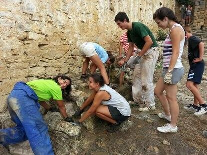 La comarca vive una pequeña revolución durante la semana veraniega de voluntariado. En la imagen, tomada en la edición de 2016, decenas de personas acuden al monasterio para colaborar de forma altruista.