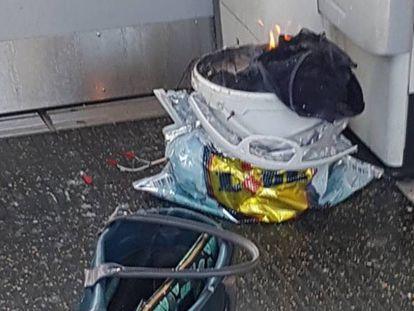 En la imagen, cedida por @Rrigs, el supuesto origen de la explosión: un cubo blanco dentro de una bolsa de plástico.