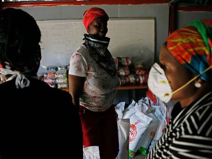 Voluntarios de la Fundación Viva organizan la comida que van a repartir a los residentes con menos recursos del barrio de Mamelodi de Pretoria (Sudáfrica), el 16 de abril de 2020.