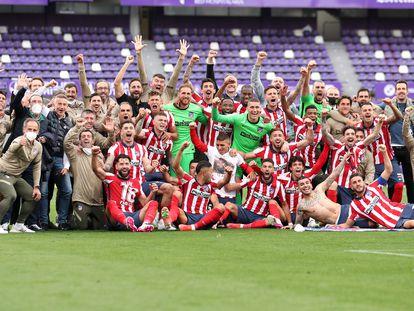 La plantilla del Atlético de Madrid celebra el título sobre el césped del José Zorrilla este sábado.
