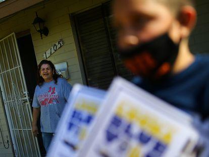Una mujer de Maryvale, un barrio de Phoenix (Arizona), recibe información sobre cómo votar de un grupo que trataba de movilizar a los votantes hispanos, el pasado 31 de octubre.