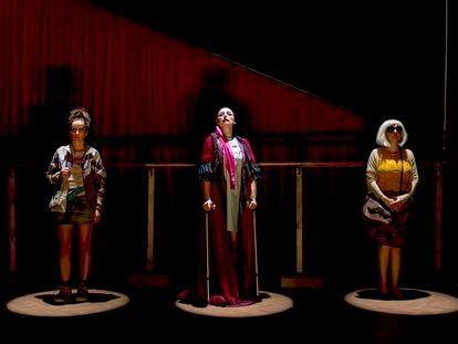 Desde la izquierda, Belen Ponce, Alicia Rodríguez y Ana Turpin en la obra 'Lo nunca visto'.