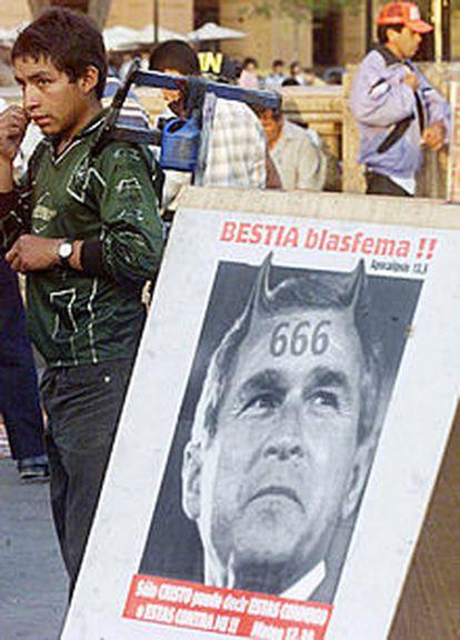 Un cartel colocado en Lima protesta contra la visita de Bush.