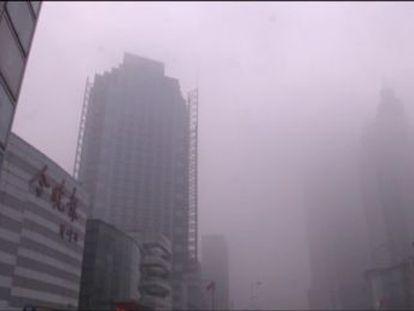 Un vídeo de 12 segundos muestra como una gran cantidad de humo engulle Pekín