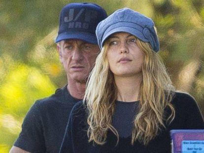 El actor Sean Penn y la actriz Leila George D'Onofrio en Los Ángeles en 2017.