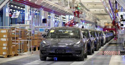 Coches Model 3 de Tesla, en su fábrica de Shanghái (China).