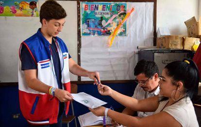 Un joven vota en las elecciones de este domingo.