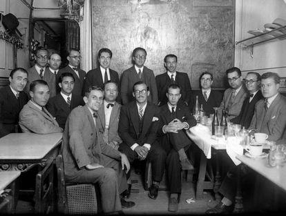 Ramón Gómez de la Serna (cuarto a la derecha) en la tertulia del café Pombo, hacia 1931.EFE