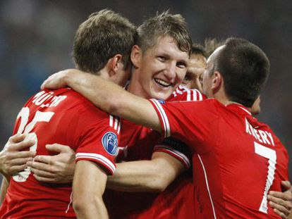 Schweinsteiger y Ribery felicitan a Müller por su gol