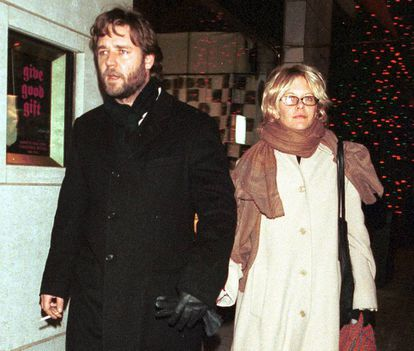 Russell Crowe and Meg Ryan walking through New York hand in hand in 2000.