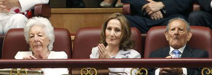 Queen Letizia's mother, Paloma Rocasolano, in the center, with the Queen's maternal grandfather, Francisco Rocasolano, and her paternal grandmother Menchu Álvarez del Valle, during the act of proclamation of Felipe VI in Congress.