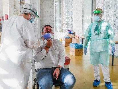Un vecino se somete a una prueba PCR en Belicena (Granada), epicentro de un nuevo brote de coronavirus en Andalucía.