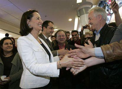 Ségolène Royal saluda a los vecinos de Valence, al sureste de Francia, en un acto de campaña del Partido Socialista en la ciudad.