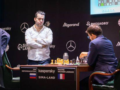 Ian Niepómniachi, de pie, durante su partida de hoy contra Vachier-Lagrave en Yekaterimburgo