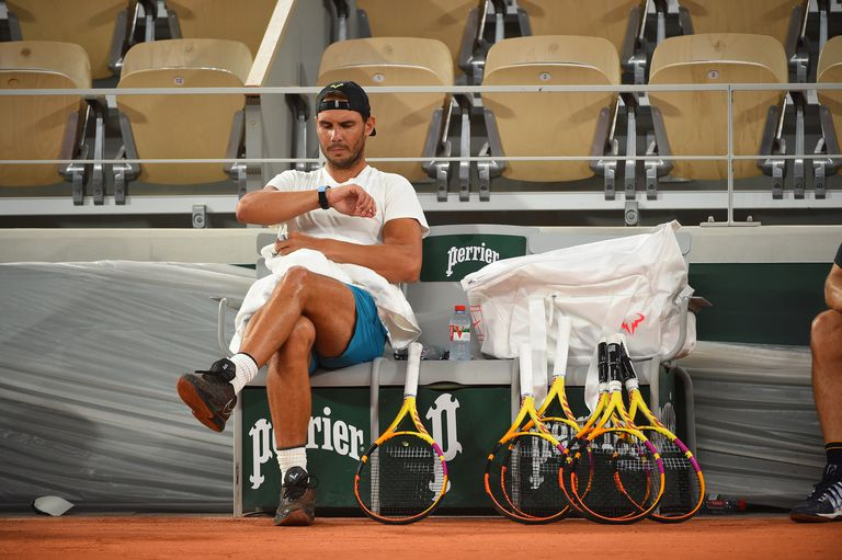 Nadal descansa durante su primer entrenamiento en Roland Garros, este jueves en París. / ROLAND GARROS