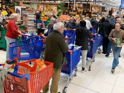 Largas colas en un supermercado de Majadahonda (Madrid).