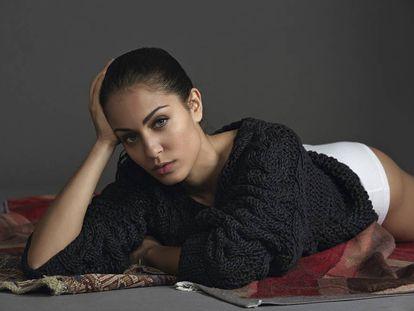 De padres tunecinos emigrados a España, Hiba Abouk nació en Madrid y es la pequeña de cuatro hermanos. En la imagen, posa en exclusiva para ICON con jersey Mm6 y 'culotte' Dries Van Noten.