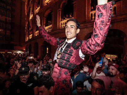 El diestro Jesús Duque, sale por la puerta grande durante el segundo festejo de la Feria de Julio de València con toros de El Parralejo.