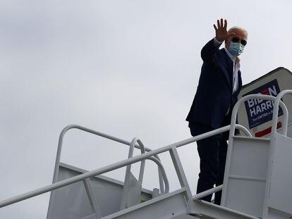 Biden aborda el avión que lo lleva a Florida.