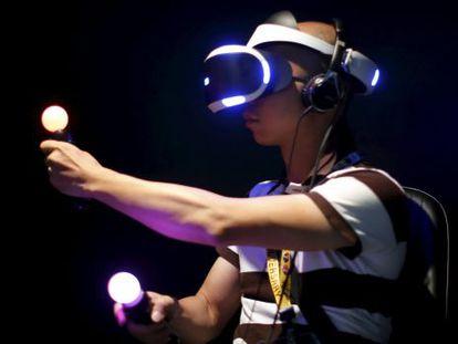 Un jugador con un casco de realidad virtual en el E3.