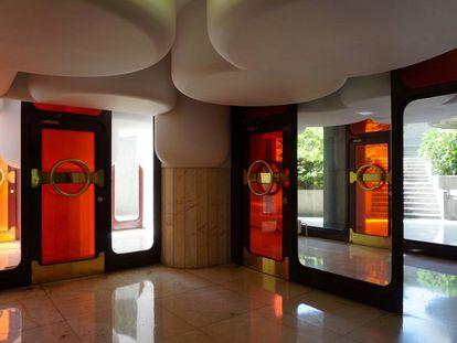 Interior del portal de Torres Blancas, al que se accede bajando unas escaleras.