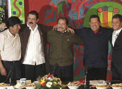 De izquierda a derecha, el boliviano Morales, el hondureño Zelaya, el nicaragüense Ortega, el venezolano Chávez y el ecuatoriano Correa.