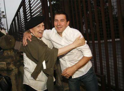 Otegi, abrazado a Periko Solaberría tras salir de la cárcel de Martutene en agosto pasado.