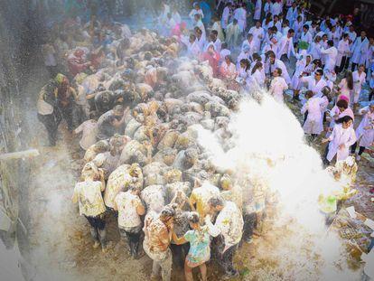 Los estudiantes de Medicina reciben a los nuevos universitarios bañándolos en harina, huevos y kétchup por las calles de Granada.