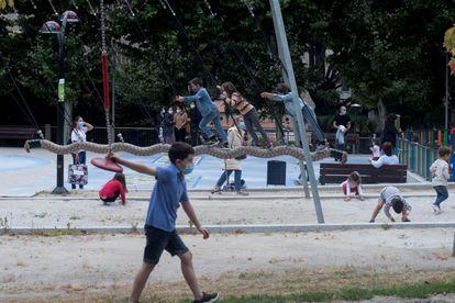 Un buen ejemplo de la poca conciencia que tenemos sobre los beneficios que aporta el juego libre en la infancia y la sobreprotección son los parques acolchados.