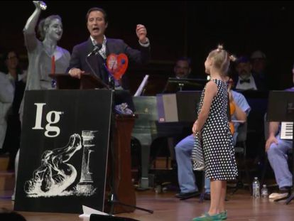 El español Francisco Alonso, gritando al recibir el Ig Nobel de la Paz.