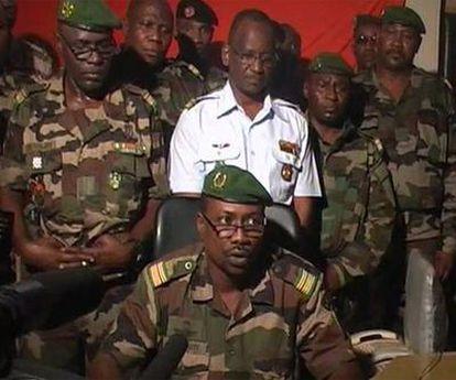 El coronel golpista Goukoye Abdul lee una declaración en nombre del coronel Salou Djibo, tras el derrocamiento del Gobierno.