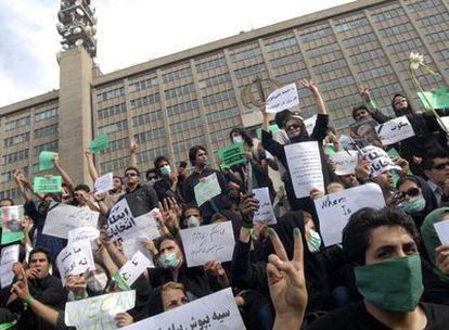 Partidarios de Musaví, vestidos de negro, durante la marcha convocada en la jornada de luto.