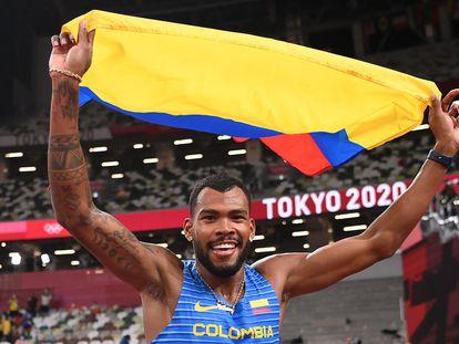 Anthony Zambrano celebra su medalla de plata en los 400 metros.