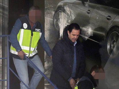 El yerno de la viudad de Vicente Sala Miguel López (c), tras su detención en 2017.