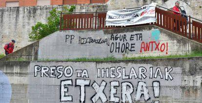 Pintada a favor del acercamiento de los presos de ETA, en Agurain.
