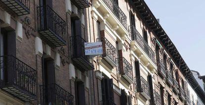Anuncio de una inmobiliaria en un edificio de Madrid.