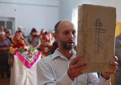 Un hombre participa en un servicio ortodoxo durante la festividad de la Natividad de la Virgen en en el pueblo de Kumskaya Dolina.