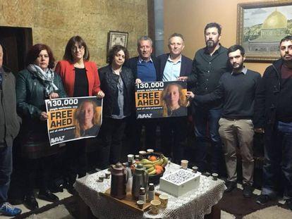 Parte de la delegación de diputados españoles que visita Palestina, durante una visita cerca de Ramala, junto a familiares de la adolescente detenida Ahed Tamimi.